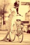 Retrato do Sepia de uma menina com bicicleta imagem de stock