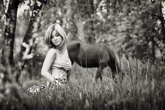 Retrato do Sepia de uma mulher loura na floresta fotos de stock