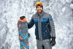 Retrato do snowboarder masculino na montanha Fotografia de Stock