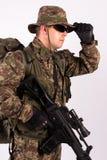 Retrato do soldado com chapéu e arma no fundo branco - ascendente próximo Fotografia de Stock