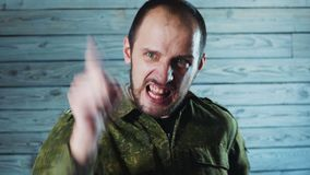 Retrato do soldado irritado do oficial O capitão louco do exército está jurando e está gritando filme