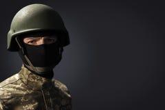 Retrato do soldado no fundo escuro com espaço para o texto imagem de stock