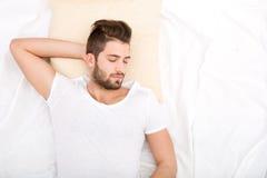 Retrato do sono do homem novo Fotografia de Stock