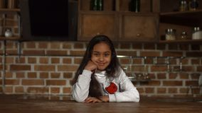 Retrato do sorriso afro-americano bonito da menina video estoque