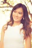 Retrato do sorriso asiático bonito novo da mulher Fotos de Stock Royalty Free