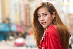 retrato do sorriso asiático novo bonito do viajante do turista das mulheres Foto de Stock Royalty Free