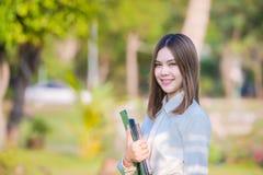 Retrato do sorriso asiático novo da mulher de negócio imagem de stock royalty free