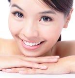 Retrato do sorriso atrativo da mulher Fotos de Stock Royalty Free