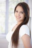 Retrato do sorriso atrativo da mulher Imagens de Stock