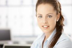 Retrato do sorriso atrativo da mulher fotografia de stock