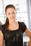 Retrato do sorriso atrativo da mulher nova foto de stock