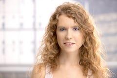 Retrato do sorriso bonito da menina fotos de stock royalty free