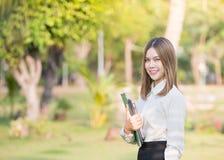 Retrato do sorriso da mulher de negócio imagens de stock royalty free