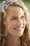 Retrato do sorriso do adolescente fotos de stock royalty free