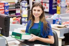 Retrato do sorriso do caixa da mulher foto de stock