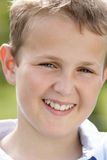 Retrato do sorriso do menino do Pre-Teen imagem de stock