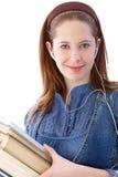 Retrato do sorriso dos livros da terra arrendada do estudante universitário fotos de stock