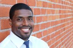Retrato do sorriso estando do homem de negócios africano novo seguro considerável feliz, olhando a câmera Imagens de Stock Royalty Free