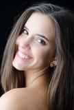 Retrato do sorriso feliz bonito da menina isolado no preto Imagens de Stock