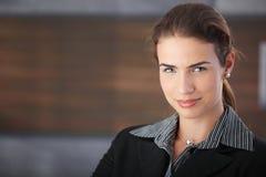 Retrato do sorriso feliz da mulher de negócios imagem de stock royalty free