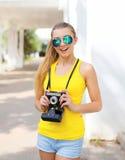 Retrato do sorriso feliz menina consideravelmente fresca nos óculos de sol foto de stock