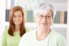 Retrato do sorriso maduro da mulher Imagens de Stock Royalty Free