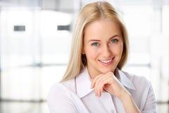 Retrato do sorriso novo bonito da mulher de negócio foto de stock royalty free