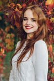 Retrato do sorriso redhaired bonito feliz da menina imagens de stock