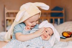 Retrato do sorriso vestindo das orelhas de coelho do menino e do bebê da criança fotos de stock