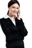 Retrato da fala de sorriso do telefone da mulher de negócio imagem de stock royalty free