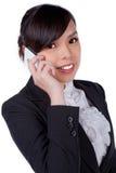 Retrato do telefone de sorriso da mulher de negócio que fala, isolado no wh fotos de stock royalty free