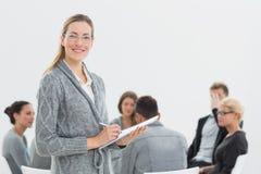 Retrato do terapeuta com terapia do grupo na sessão no fundo Imagem de Stock