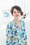 Retrato do terapeuta do psicólogo da mulher em um escritório brilhante Fotos de Stock