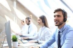 Retrato do trabalhador do centro de atendimento acompanhado de sua equipe Operador de sorriso do apoio ao cliente no trabalho foto de stock royalty free