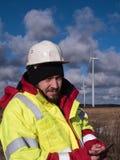 Retrato do trabalhador da construção novo e feliz no capacete no dia durante o deslocamento Fotos de Stock Royalty Free