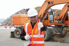 Retrato do trabalhador de construção de estradas com equipamento pesado Imagem de Stock