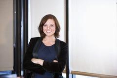 Retrato do trabalhador de escritório fêmea novo de sorriso imagens de stock