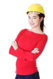 Retrato do trabalhador fêmea confiável no capacete. Foto de Stock