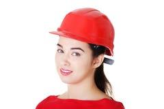 Retrato do trabalhador fêmea confiável no capacete. Fotografia de Stock