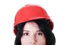 Retrato do trabalhador fêmea seguro no capacete. Foto de Stock