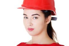 Retrato do trabalhador fêmea seguro no capacete. Imagens de Stock