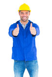 Retrato do trabalhador manual feliz que gesticula os polegares acima Fotos de Stock Royalty Free