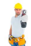 Retrato do trabalhador manual que usa a broca de poder Fotos de Stock Royalty Free