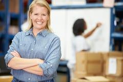 Retrato do trabalhador no armazém de distribuição Fotos de Stock Royalty Free