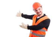 Retrato do trabalhador novo que faz um gesto do convite imagem de stock royalty free
