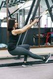 Retrato do treinamento atlético novo da mulher com sistema de laço da aptidão no gym Esporte, aptidão, treinamento, conceito dos  fotografia de stock