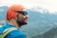 Retrato do turista farpado nas montanhas altas Foto de Stock
