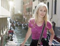 Retrato do turista feliz novo da mulher no fundo do canal em Veneza foto de stock