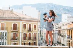 Retrato do turista novo com câmera Imagens de Stock Royalty Free