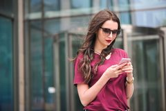 Retrato do turista novo na cidade usando o telefone celular foto de stock